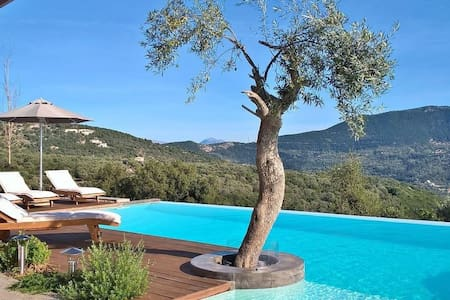 Luxury and spacious stone-built villa with private pool and jacuzzi - Lefkada - Willa