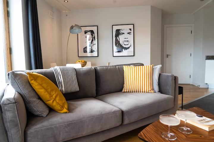 Light, Bright, Modern Apartment - Mins to City