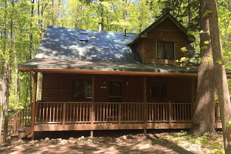 CABIN IN THE WOODS NESTLED ON 15 WOODED ACRES. - Elmira - Cabaña
