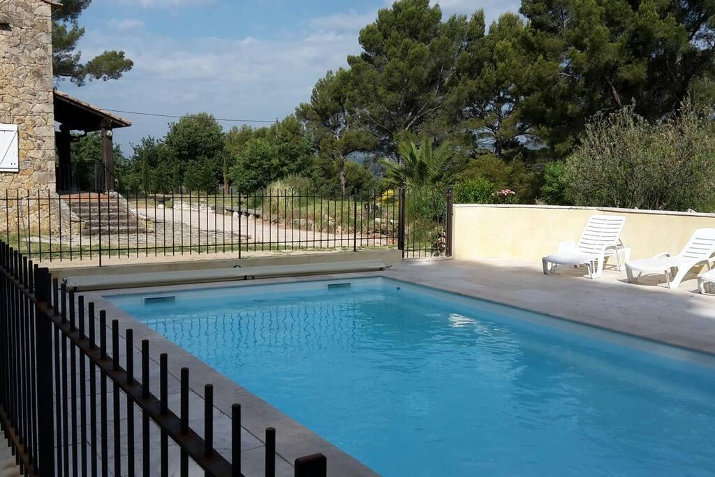 La piscine vous offre un espace sécurisé, à côté de la maison avec vue sur la colline, les oliviers et le jardin.