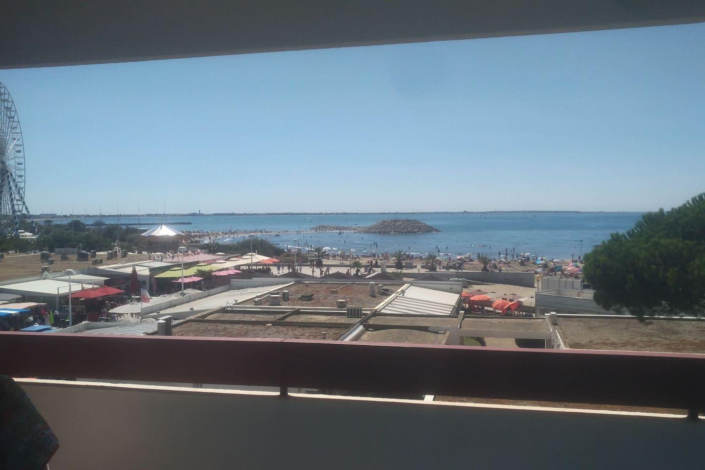 La magnifique vue depuis le balcon, la plage à moins de 50 mètres, en plein coeur des activités et loisirs