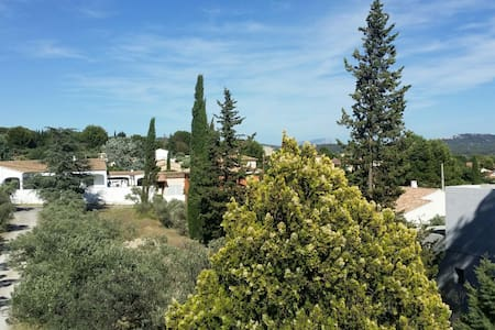 Room in Provencal house with large garden - La Fare-les-Oliviers