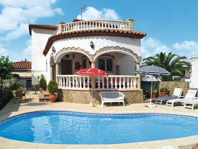 Chalet & private pool, WiFi, ideal for families