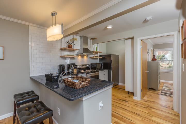 1BR Fully Outfitted Apt with Central Location