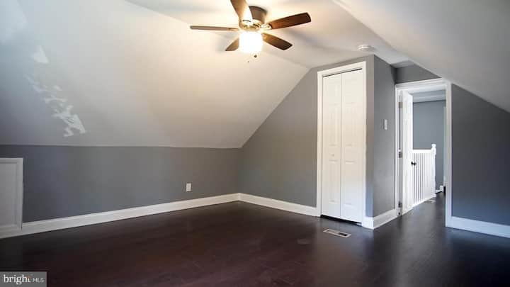 Vaulted, sunny bedroom in DC suburb w/ bonus room