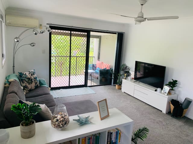 CURRUMBIN Leafy Beachside Private Room & Balcony!