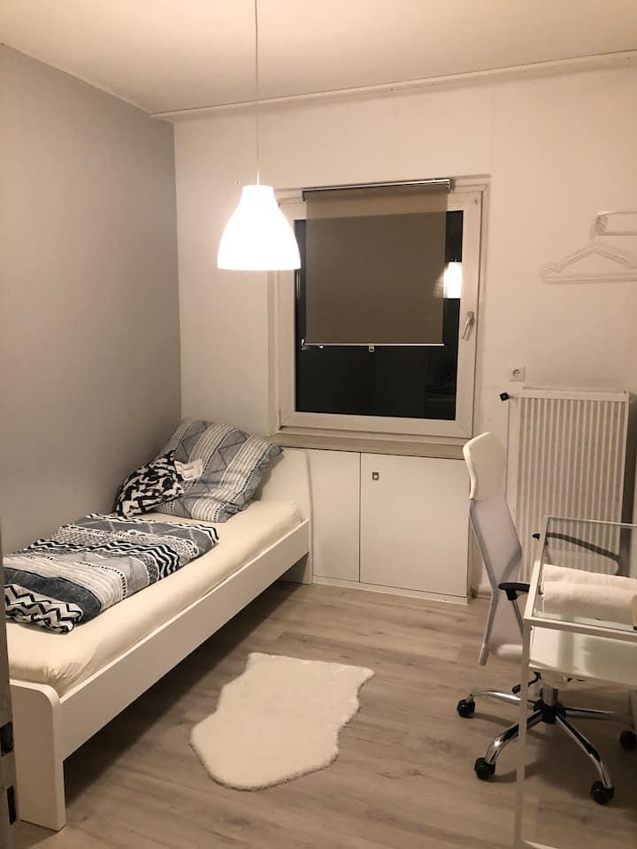 Minimalistisches Zimmer in zentraler Lage