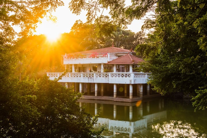 Villa over a pond SANITIZED BEFORE STAY Incl Meals