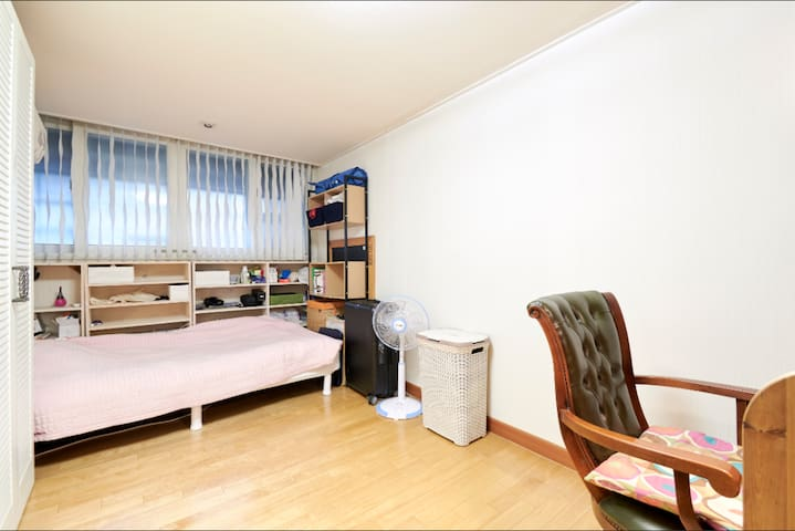 Another room in the same house available at https://www.airbnb.co.kr/rooms/23499702