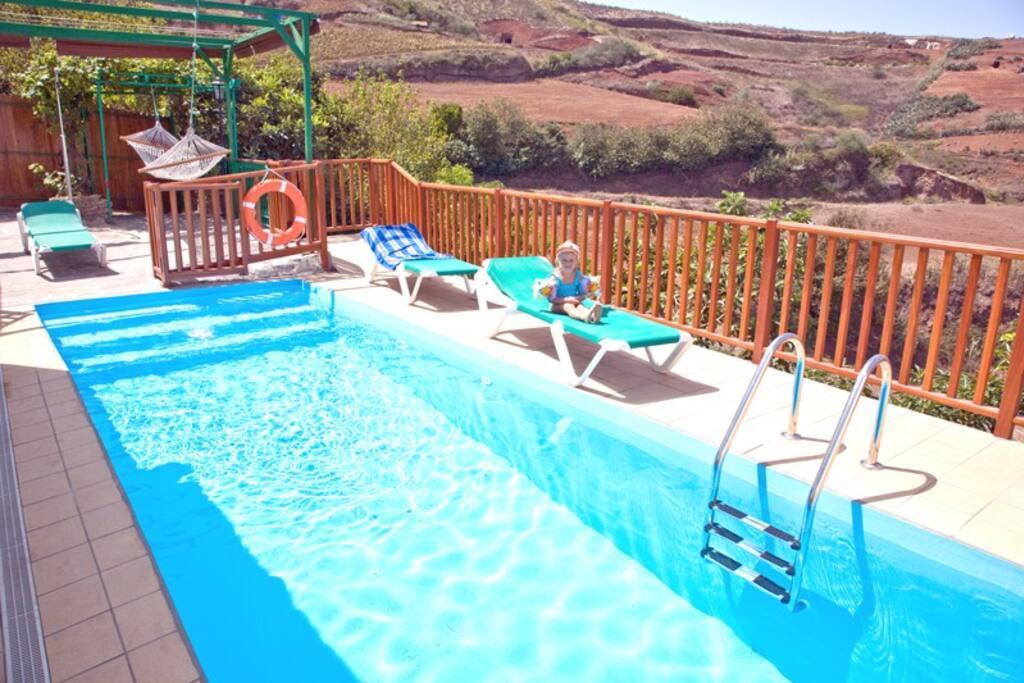 vista de la piscina y solarium