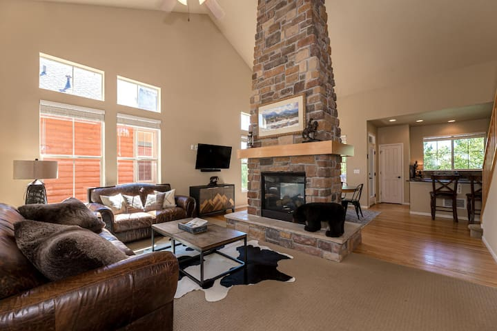 New!!! Urban Mountain House - Large Ski-in/Walk-out Cabin in GR