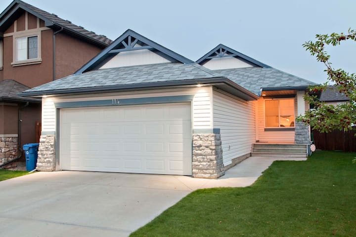 Beautiful Home near Spruce Meadows in SE Calgary! - Calgary - Rumah