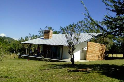 Moderna Cabaña con Chimenea. Pedregal-SAJOMA
