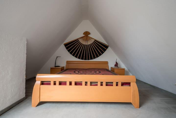 Schlafraum unterm Dach mit Bett 1,80 x 2 m