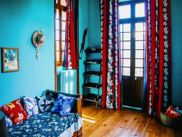 Deuxième chambre de la Suite Polynésienne avec triple exposition (ouest, nord et est) et balcon donnant sur cour, doté d'un lit simple. Possibilité d'y ajouter un deuxième lit sans frais supplémentaire.