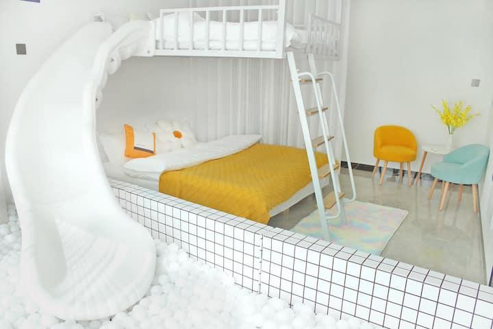 网红滑滑梯泡泡球房 近天门山 免费停车 管家式服务