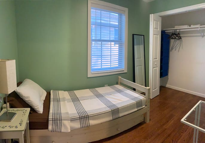 Spacious Small bedroom only minutes from NYC