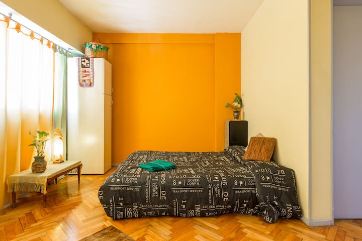 DoubleBed in livingroom, comfy mattress+Breakfast - Μπουένος Άιρες - Bed & Breakfast
