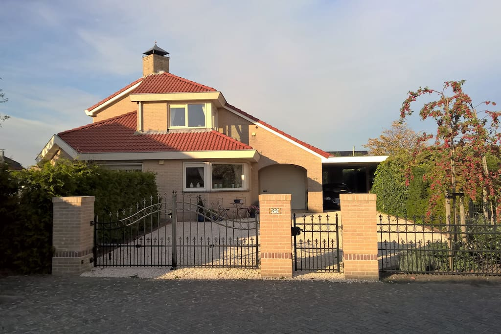Villa gezien vanaf de weg