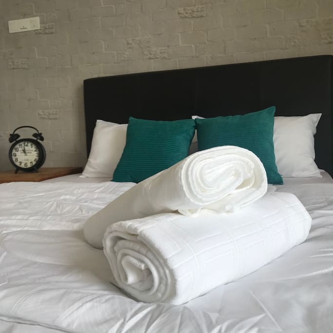 WHITE BEDSHEETS AND TOWELS