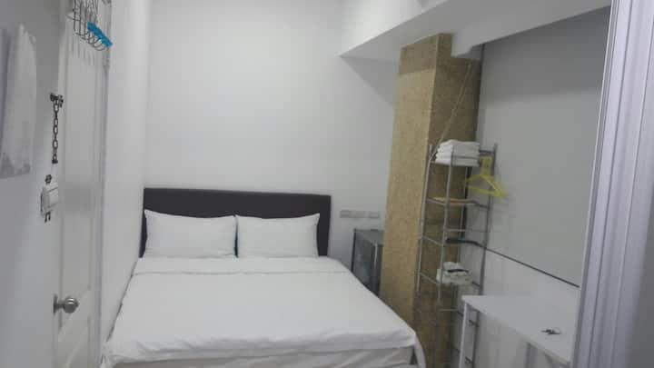"""壹伍參號房-5號房""""小房間""""Room5 雙人床、獨立浴室、電梯,火車站、赤崁樓、43吋電視、有景觀"""