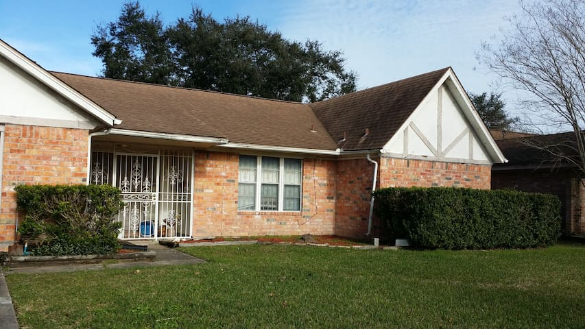 PRIVATE ROOM & BATHROOM, KING BED, HOBBY AIRPORT - Houston