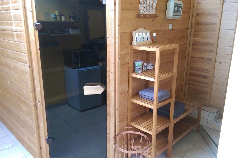 Sauna und Weg zur Dusche