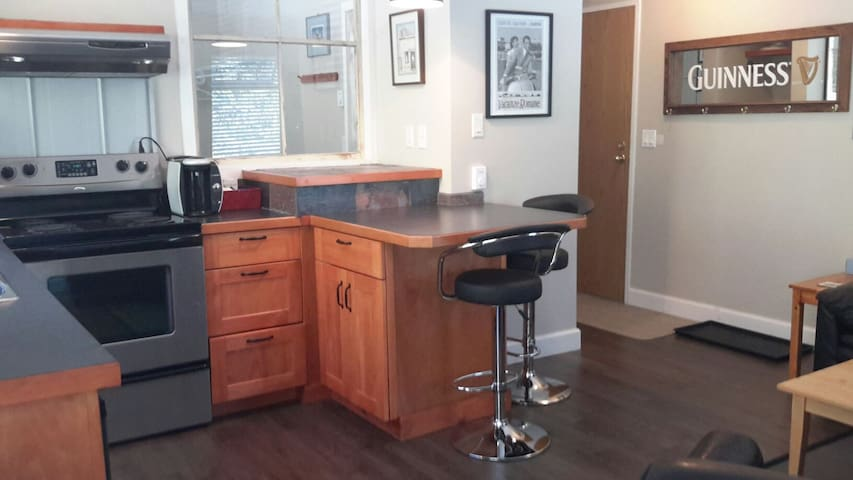Bright updated 1 BD Condo - Rossland - Flat