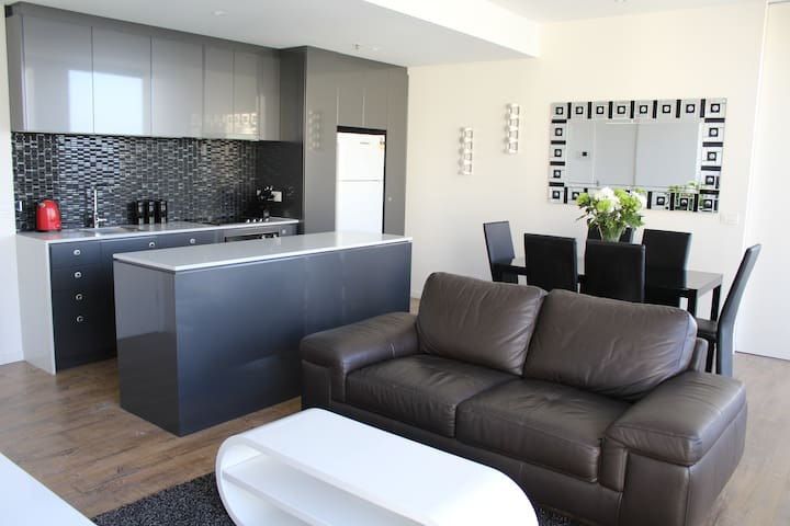 Luxury 2 Bed / 2 Bath Apartment - City Fringe - Walkerville - Byt