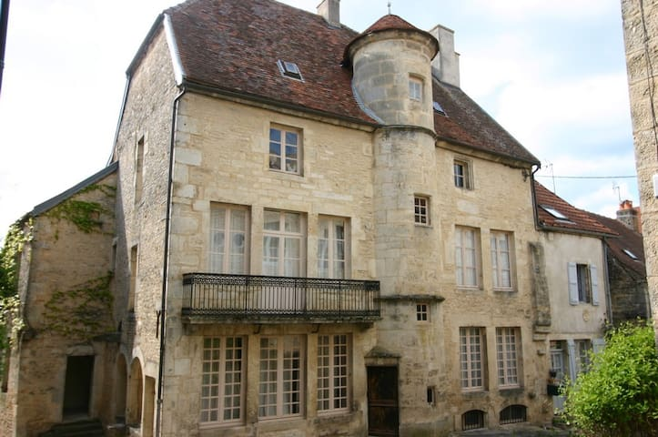Maison seigneurial du XVI siècle - Flavigny-sur-Ozerain - Talo