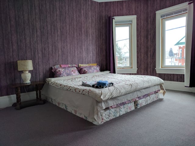 Big, Clean and comfortable room (King-size bed) - Smiths Falls - บ้าน