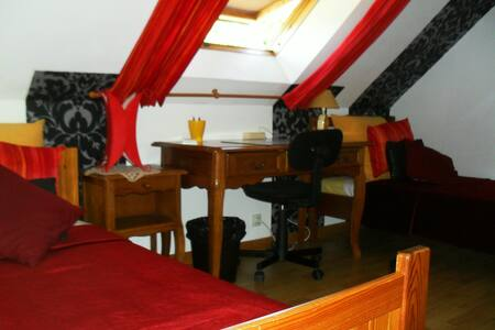 In red and black for 2 single beds in quiet