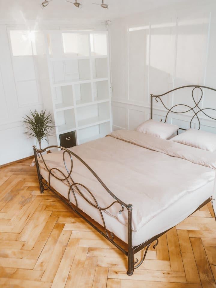 Privates Zimmer im Herzen der Stadt mit Terrasse