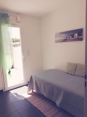 Petite chambre pour une personne avec son armoire.