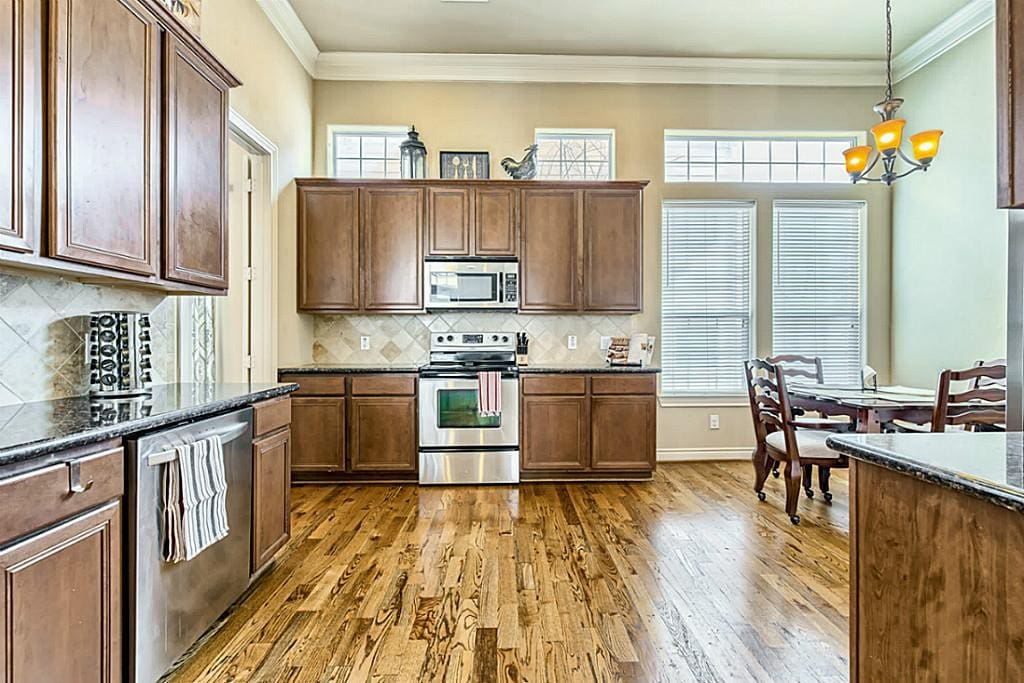 Full Kitchen with Table