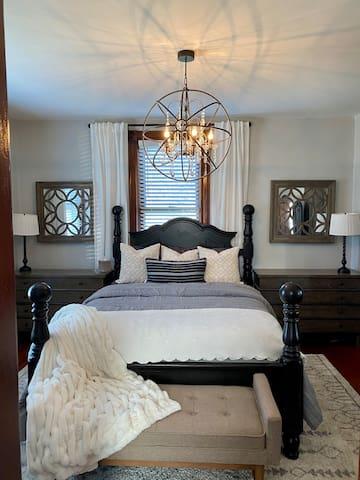 Bedroom 1, Queen Main Floor