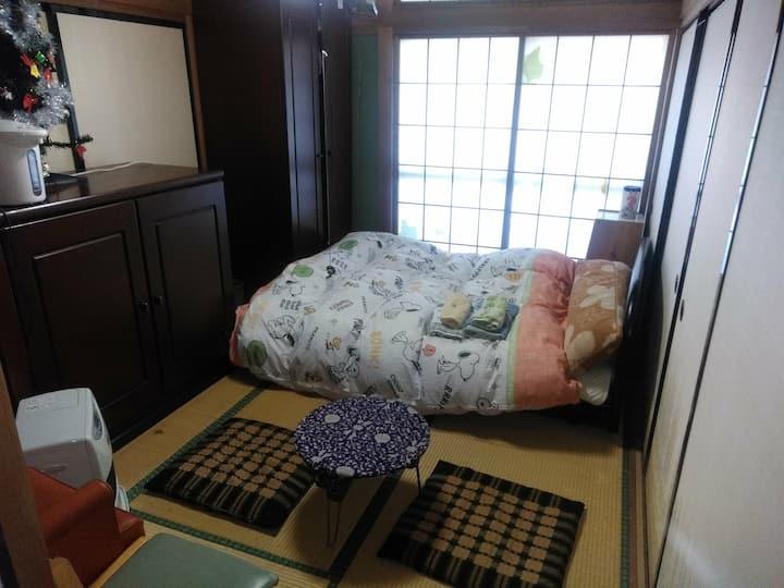 和室 6畳 部屋には濡れ縁付き 窓からは 秩父の山々が見える 明るい落ち着いた部屋です。和タンス有り