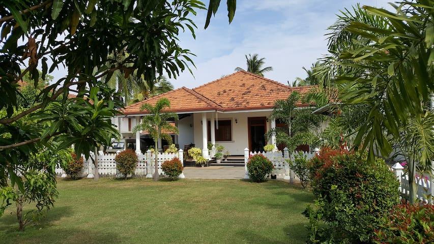 Francis & Carmaline Sea Street Villa A/C ROOM -rm2 - Негомбо - Вилла