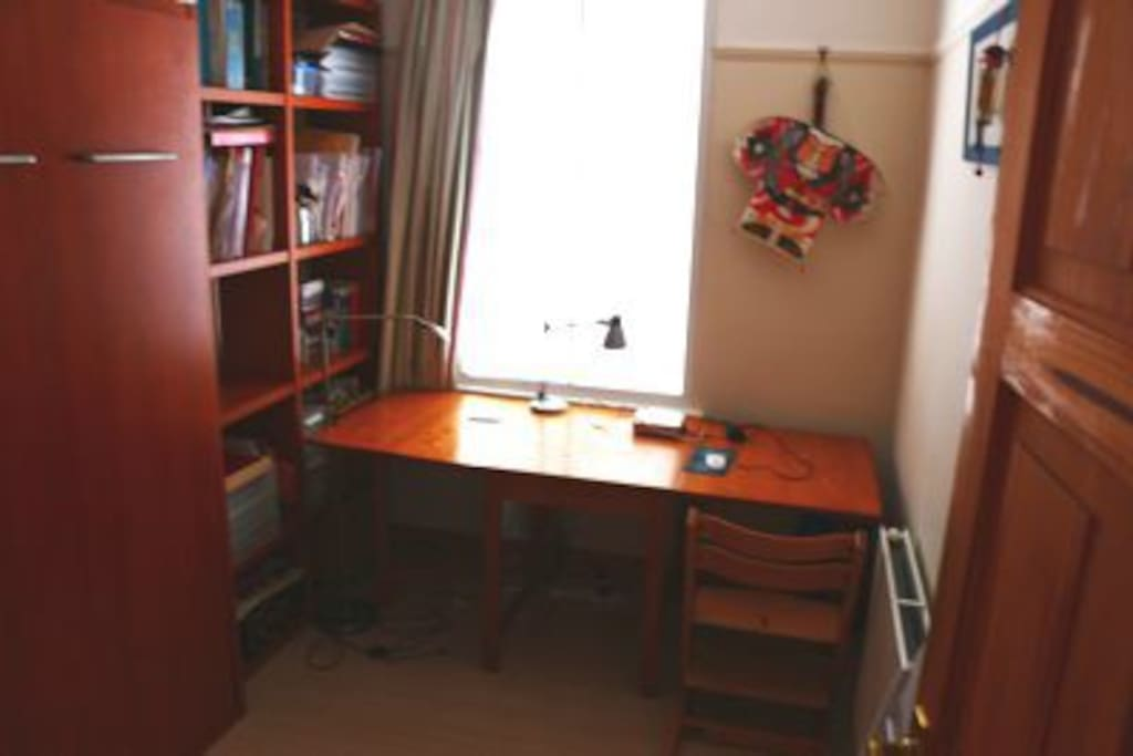 Practical single room with wall bed and big table internet wifi - single occupier.