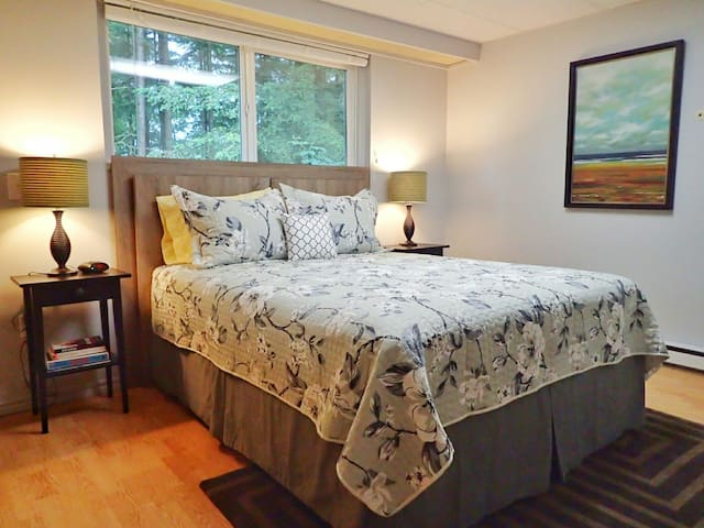 """""""The cleanliness and organization of this air b&b is what made it such a fantastic experience."""" -- Layla J., *****"""