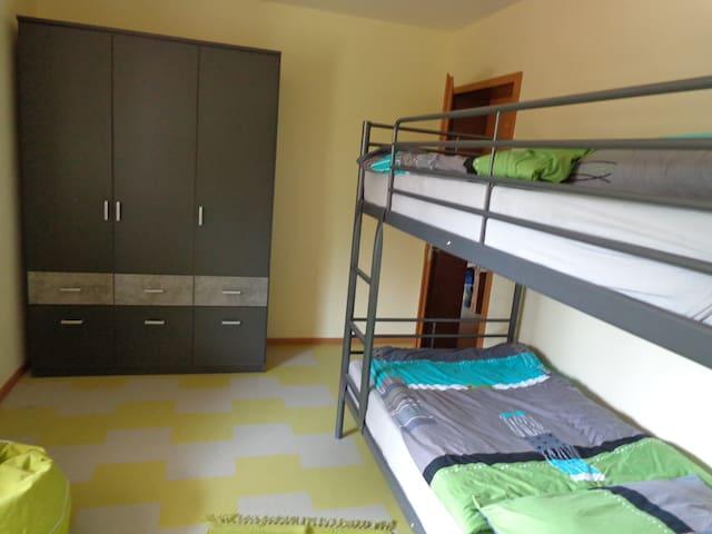 Schlafzimmer mit Etagenbett 0,90 x 2,00. Für Erwachsene geeignet