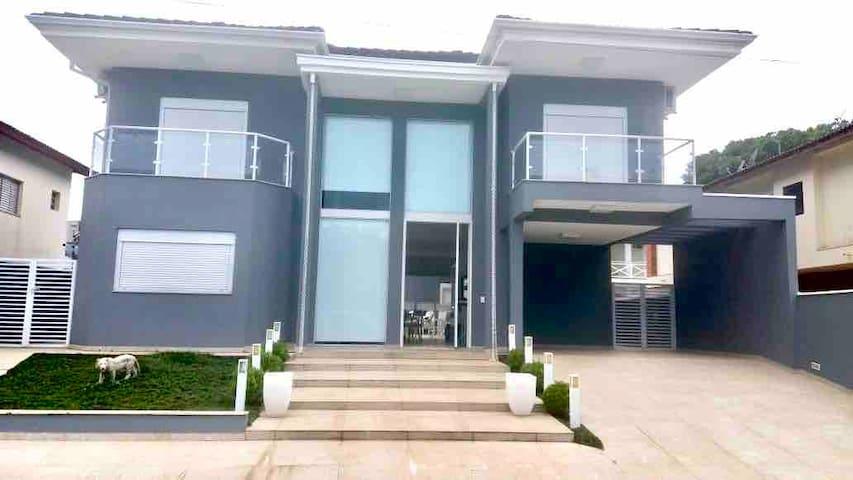 Casa ampla e elegante no condomínio tropical II