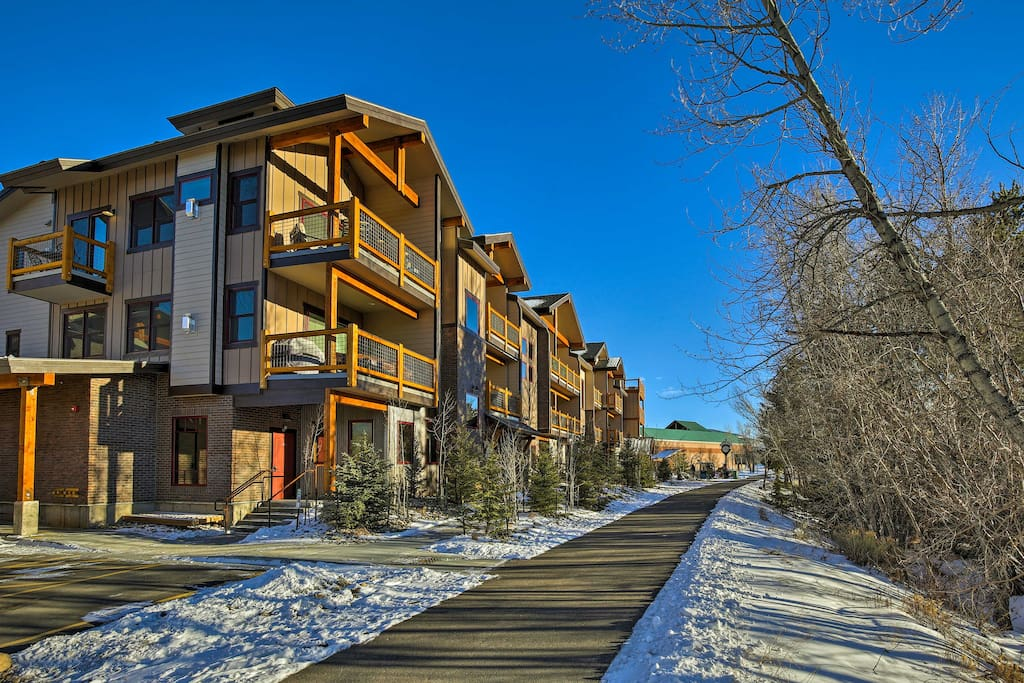 This condo is situated on the Colorado Bike Trail steps from the Blue River.