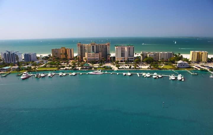 Beach Getaway!2 Queens Unit, Pool, Gulf Front