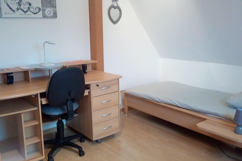 Chambre entièrement rénovée Lit 90 x 200 cm + espace bureau