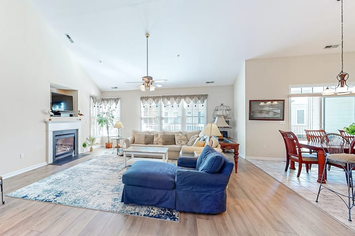 Bear Trap Dunes 2nd floor condo w/ fireplace, tennis court, and free WiFi