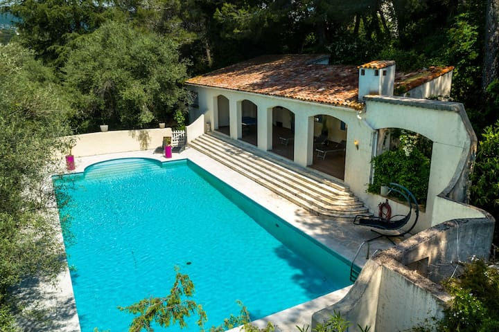 Spacious Villa in La Gaude with Swimming Pool
