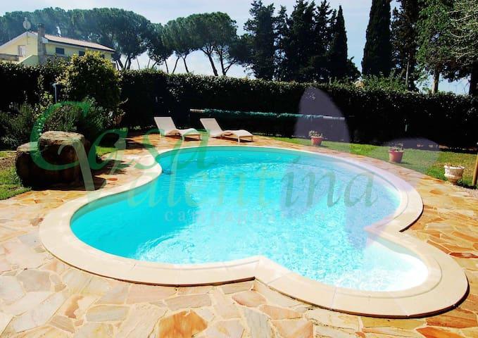 Casa con giardino e piscina privata non condivisa.