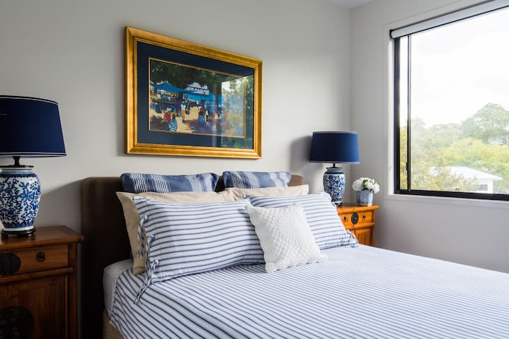 Beautiful rooms in a new modern Bardon house