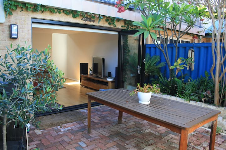 Walk to the beach! Private bedroom with en-suite - South Fremantle - Hus
